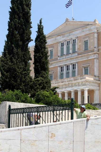 μόνιμα κάγκελα τοποθετούνται στις δύο ράμπες μπροστά από τη Βουλή