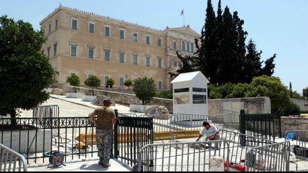 Αυτή είναι η Δημοκρατία τους: Βάζουν κάγκελα γύρω από την Βουλή για τους διαδηλωτές (σημάδι για τα μέτρα που έρχονται;;;)